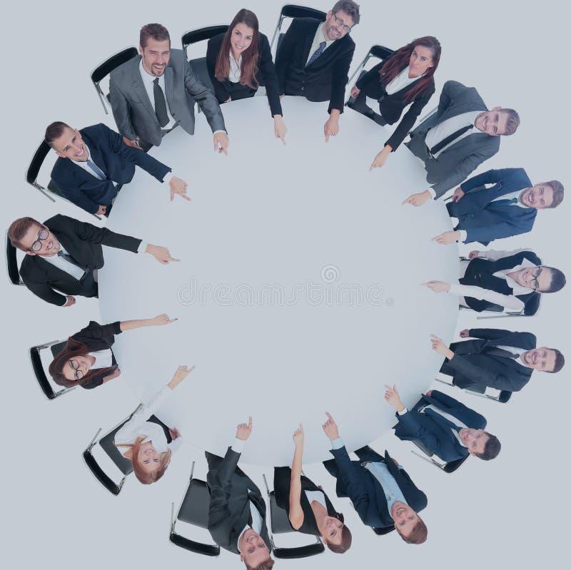 Diverse groepspf jonge bedrijfsmensen gezet om een lijstschijf stock afbeeldingen