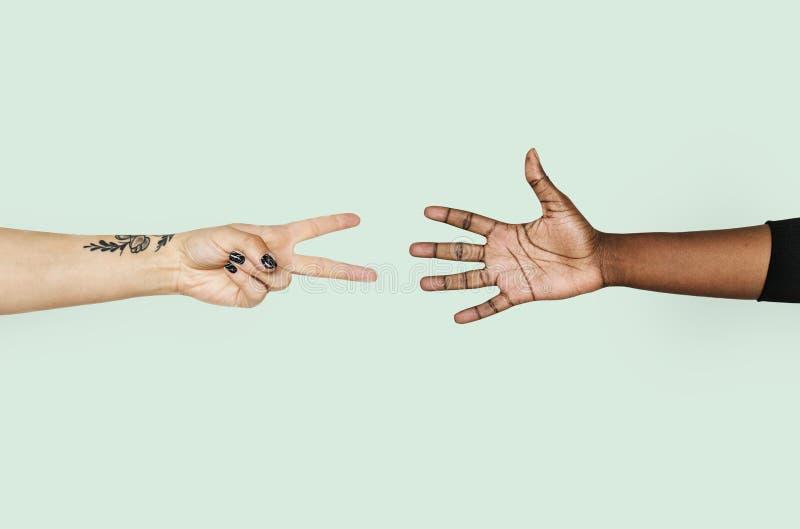 Diverse handen die rotsdocument schaar spelen royalty-vrije stock afbeeldingen