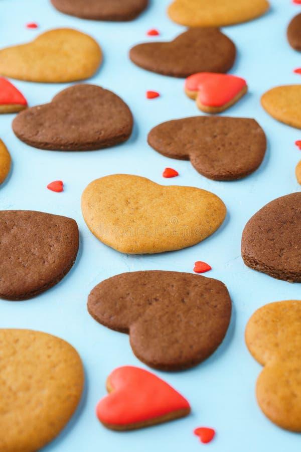 Diverse hart gevormde koekjes en rood suikergoed royalty-vrije stock foto's