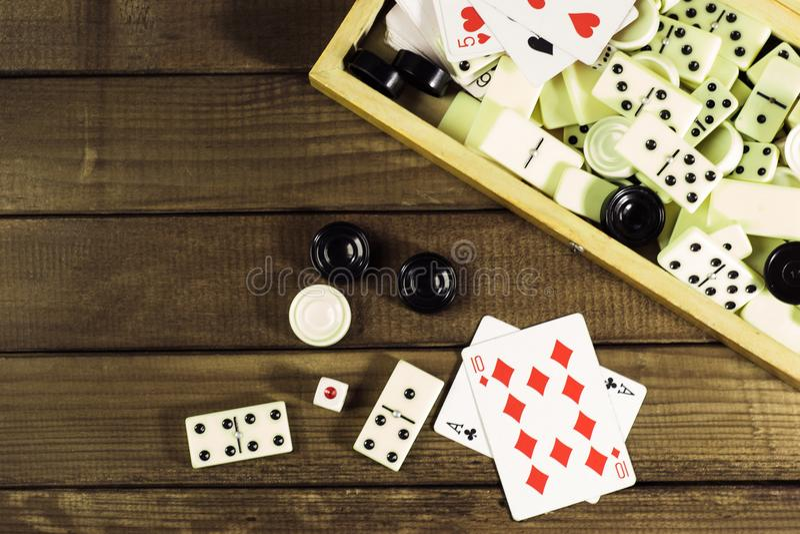 Diverse het schaakraad van raadsspelen, speelkaarten, domino's royalty-vrije stock fotografie