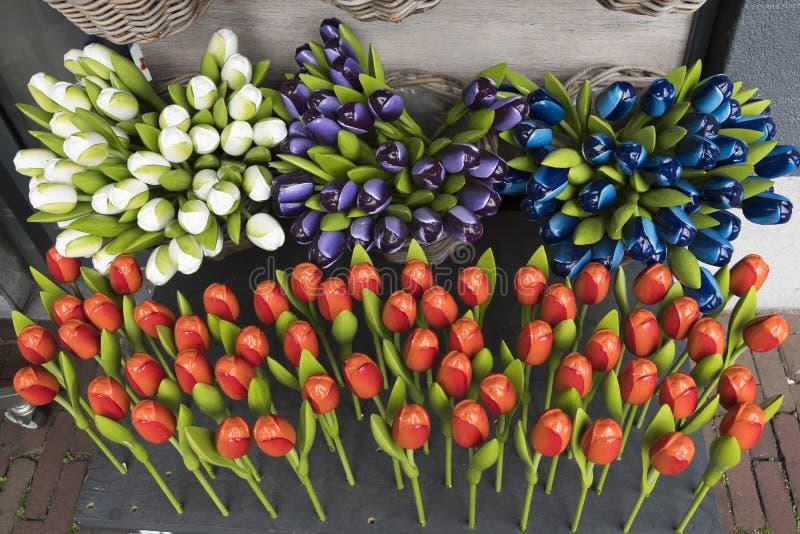 Diverse houten en plastic tulpen als Nederlandse herinnering royalty-vrije stock afbeelding