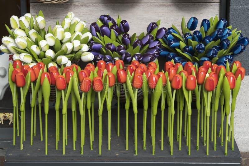 diverse houten en plastic tulpen als Nederlandse souvernig stock fotografie