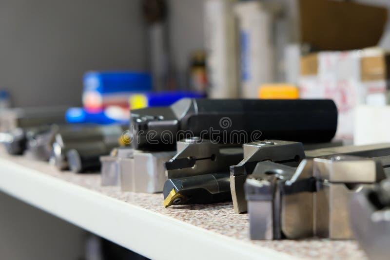 Diverse hulpmiddelen om faciliteit met CNC te vervaardigen draaien machines CNC malenmachine om een metaaldetail te werken en te  stock foto