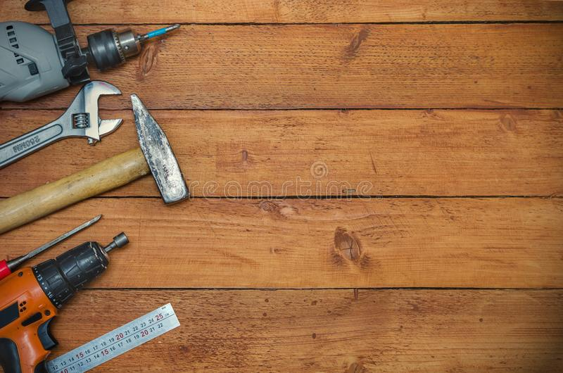 Diverse hulpmiddelen op houten achtergrond stock foto's