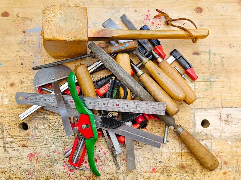 Diverse hulpmiddelen van de houtbewerkingshand op werkbank royalty-vrije stock afbeeldingen