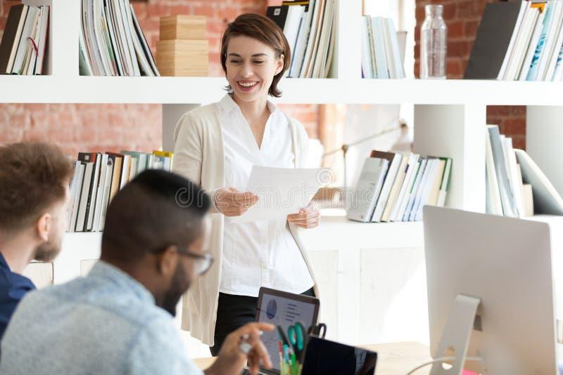 Diverse jonge beroeps die in modern bureau samenwerken stock afbeelding