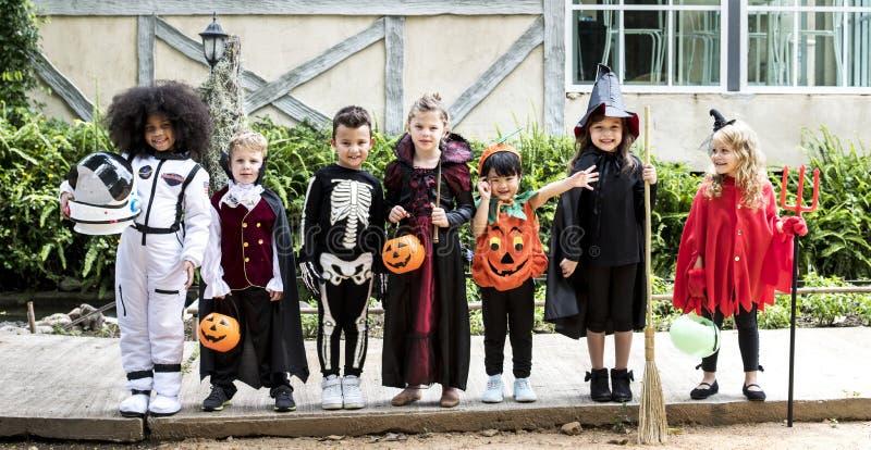 Diverse jonge geitjes in Halloween-kostuums royalty-vrije stock foto's