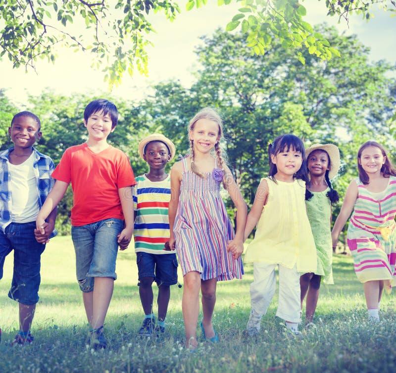 Diverse Kinderenvriendschap die in openlucht Concept spelen stock afbeelding