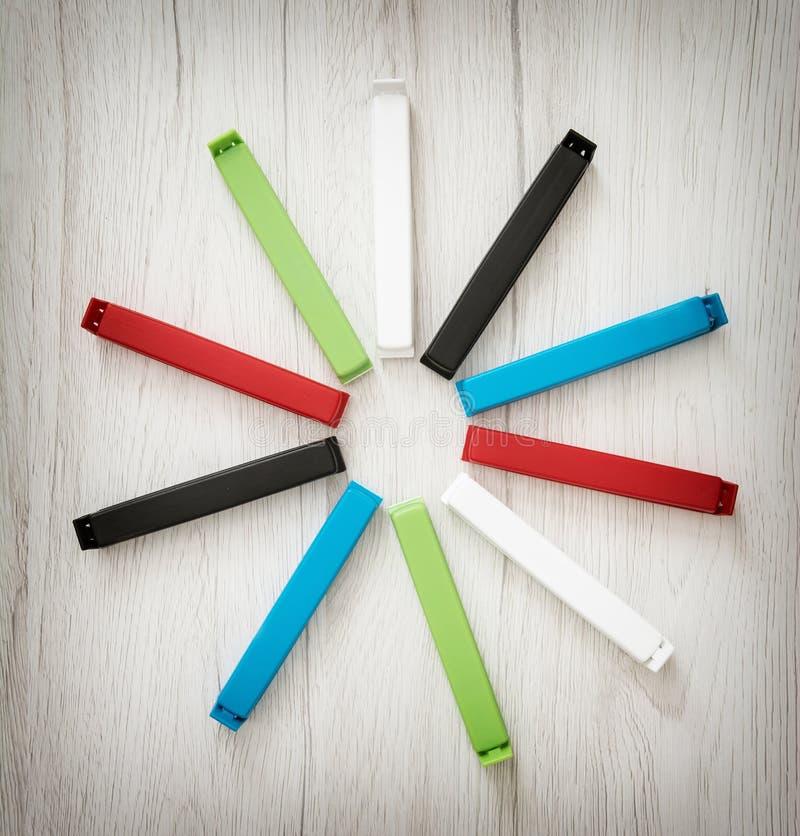 Diverse kleurrijke die zakklemmen in de cirkel worden geschikt stock afbeelding