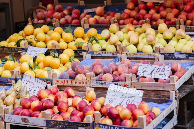 Diverse kleurrijke verse vruchten in de fruitmarkt, Catanië, Sicilië, Italië stock afbeeldingen