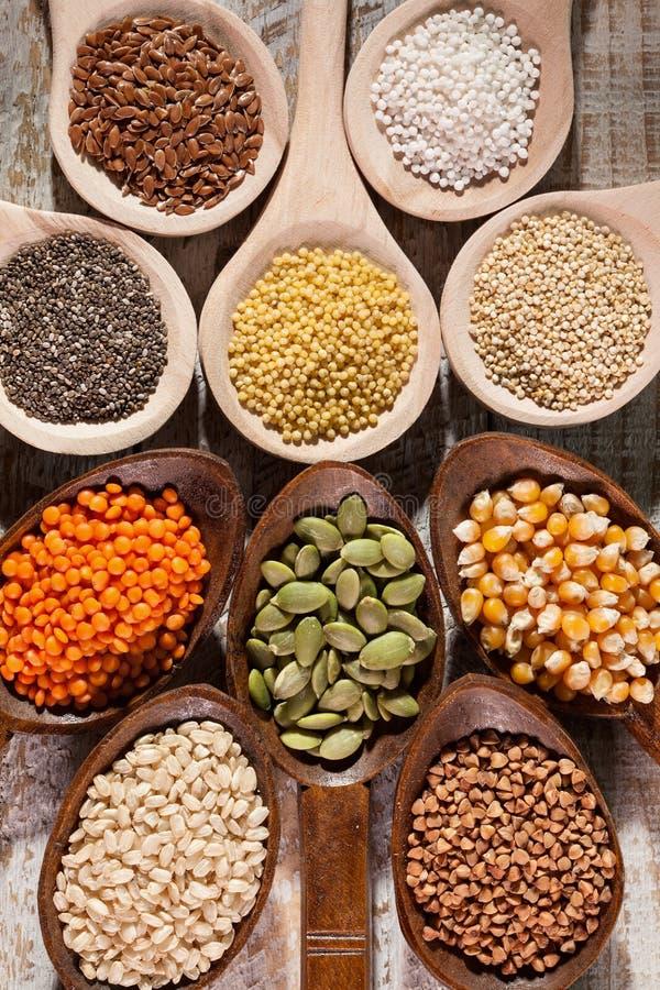 Diverse kleurrijke zaden en korrels voor het gluten vrije dieet - de houten lepels hoogste mening, sluit omhoog royalty-vrije stock afbeelding