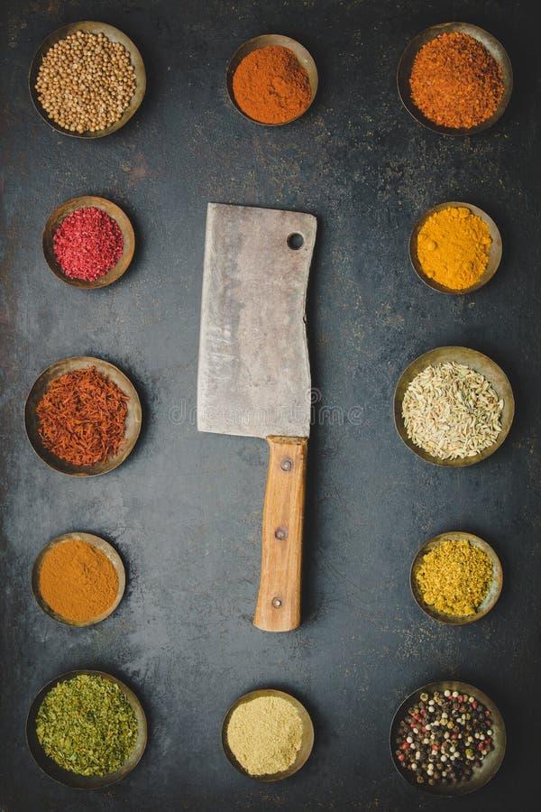 Diverse kommen van kruiden en vleesmes stock fotografie