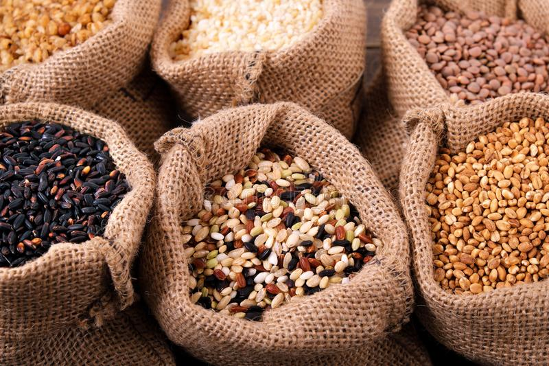 Diverse korrels en rijst in zak royalty-vrije stock afbeeldingen