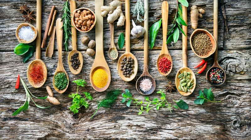 Diverse kruiden en kruiden voor het koken op oude houten raad