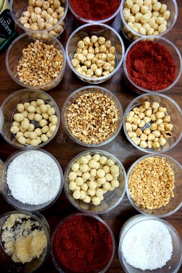 Diverse kruiden, noten en additieven op de lijst royalty-vrije stock afbeelding