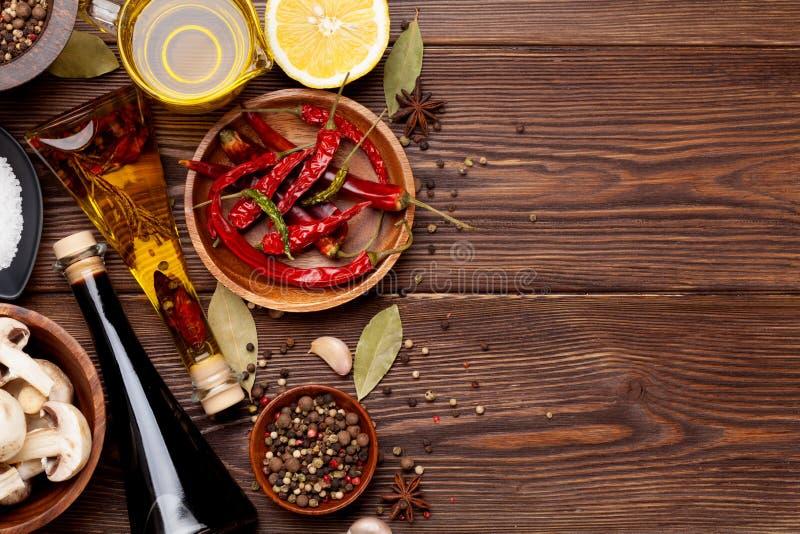 Download Diverse Kruiden Op Houten Achtergrond Stock Afbeelding - Afbeelding bestaande uit ingrediënt, cuisine: 54086781