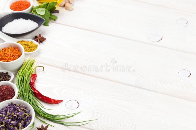 Download Diverse Kruiden Op Witte Houten Achtergrond Stock Afbeelding - Afbeelding bestaande uit ingrediënt, chili: 54086773