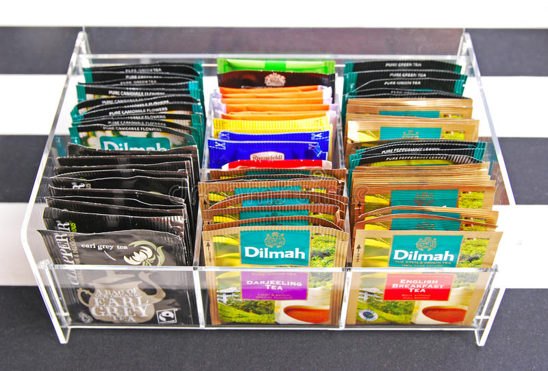 Diverse marque des sacs à thé dans le support acrylique clair de sachet à thé photos stock