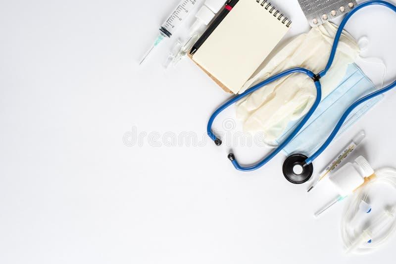 Diverse medische apparatuur en Blocnote op witte achtergrond De mening vanaf de bovenkant royalty-vrije stock fotografie