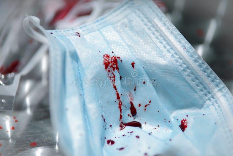 Diverse medische apparatuur na een medische interventie, met bloed op grijze achtergrond stock afbeeldingen