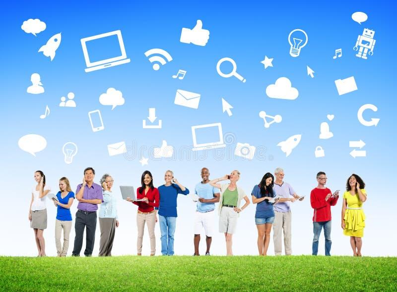 Diverse Mensen die Digitale Apparaten met Sociale Media Symbolen met behulp van