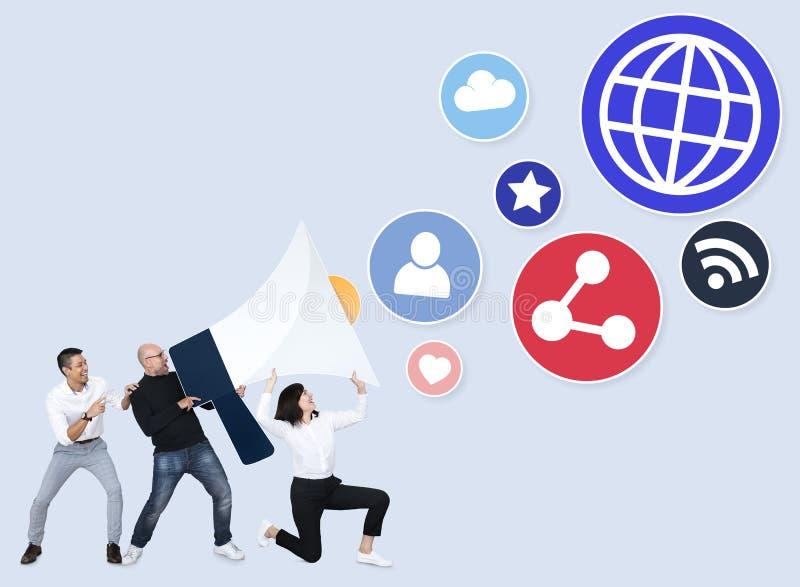 Diverse mensen die door sociale media platforms schreeuwen stock illustratie