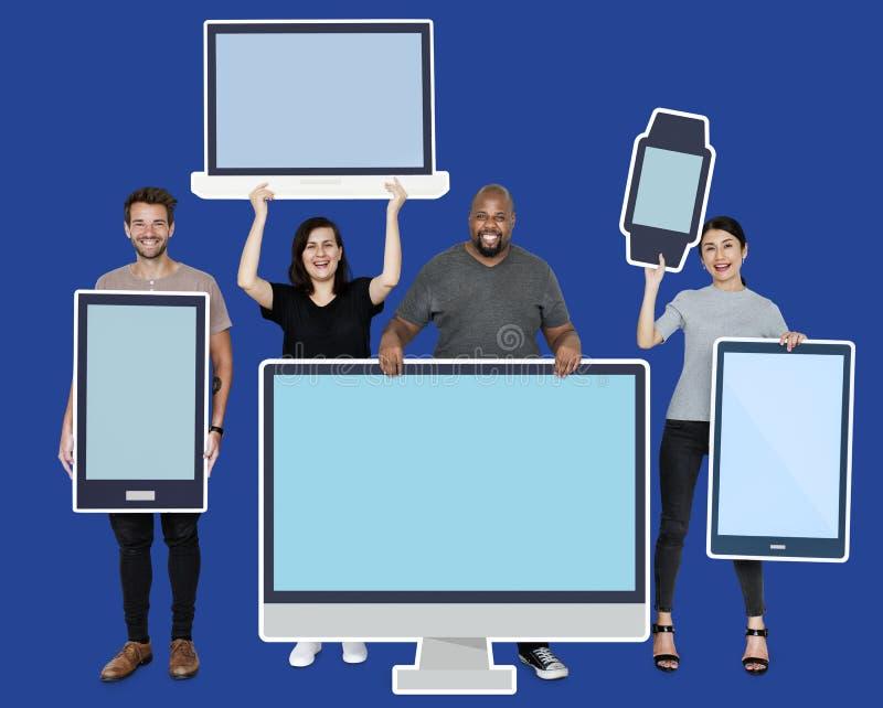 Diverse mensen met divers model van digitale apparaten royalty-vrije stock foto's
