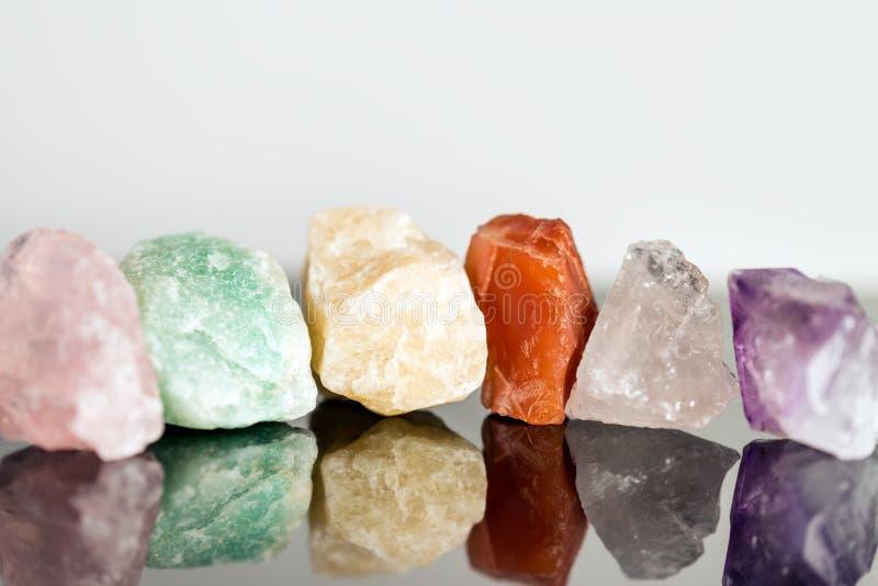 Diverse mineraliska stenar som är oklippta, kristall som läker för alterna arkivfoton