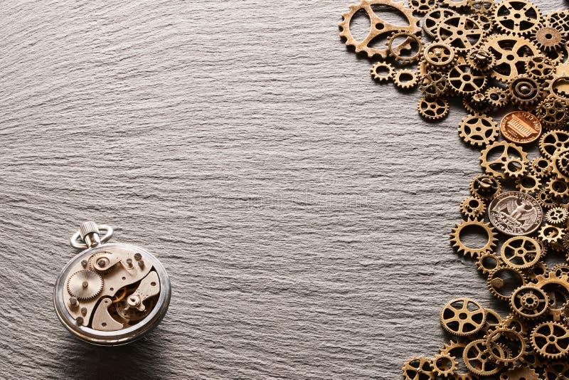 Diverse muntstukken van de V.S. van metaaltandraderen met uurwerk stock foto