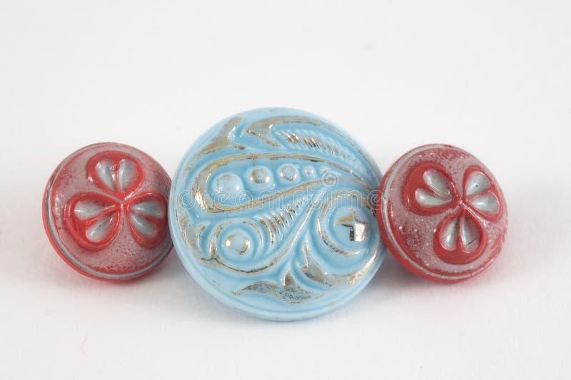 Diverse naaiende die knopen op witte achtergrond worden geplaatst Uitstekende colorfu stock foto