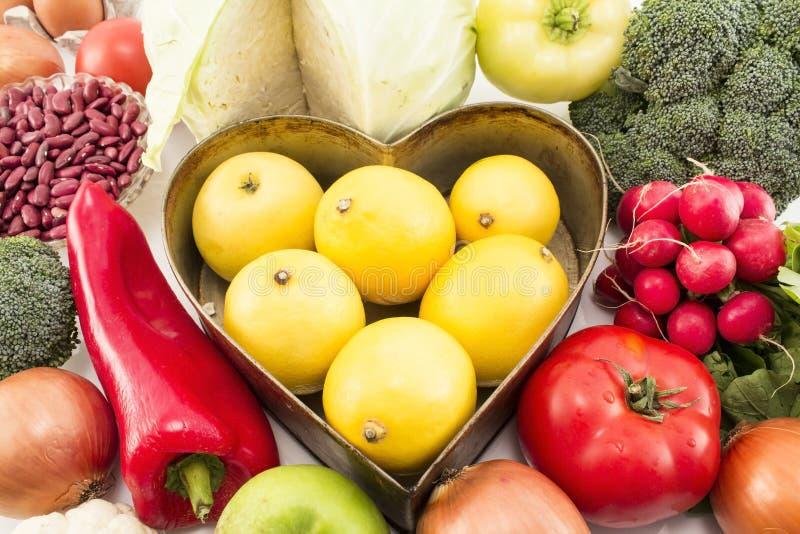 Diverse nourriture saine avec le plateau de coeur photographie stock libre de droits