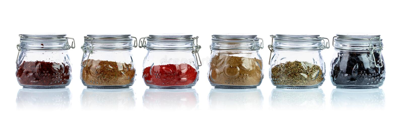 Diverse Oosterse kruiden en kruiden in glaskruiken royalty-vrije stock afbeeldingen