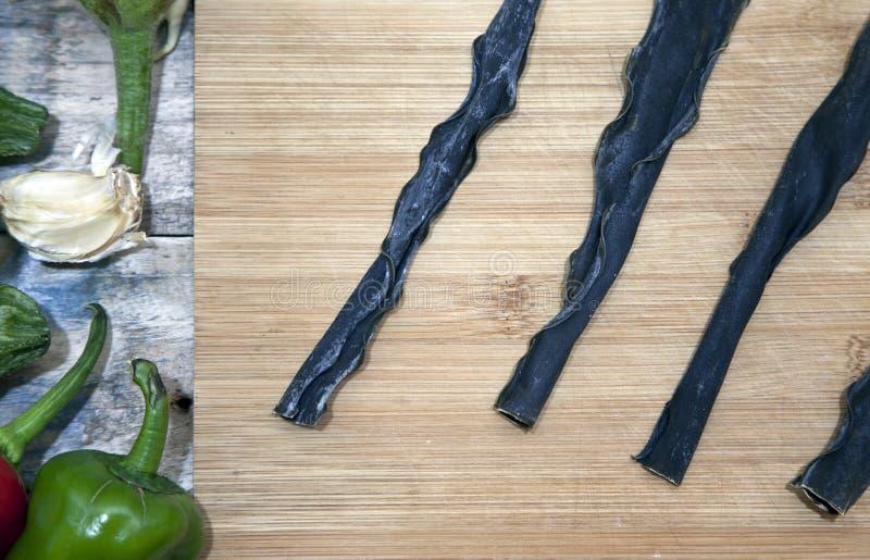 Diverse overzeese algengroenten op een houten lijst Gezond voedsel royalty-vrije stock foto