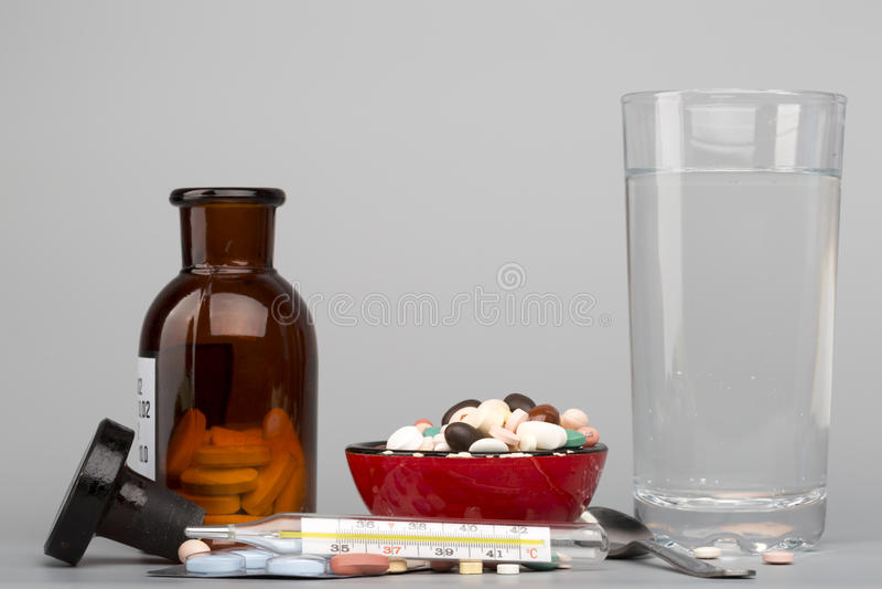 Diverse pillen, medisch fles en glas water royalty-vrije stock foto