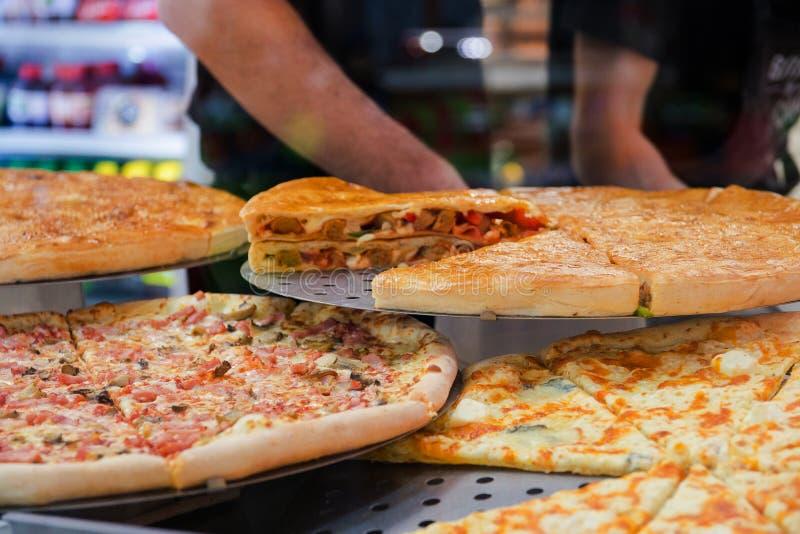 Diverse pizza sur une exposition-fenêtre en café avec de divers ingrédients photographie stock