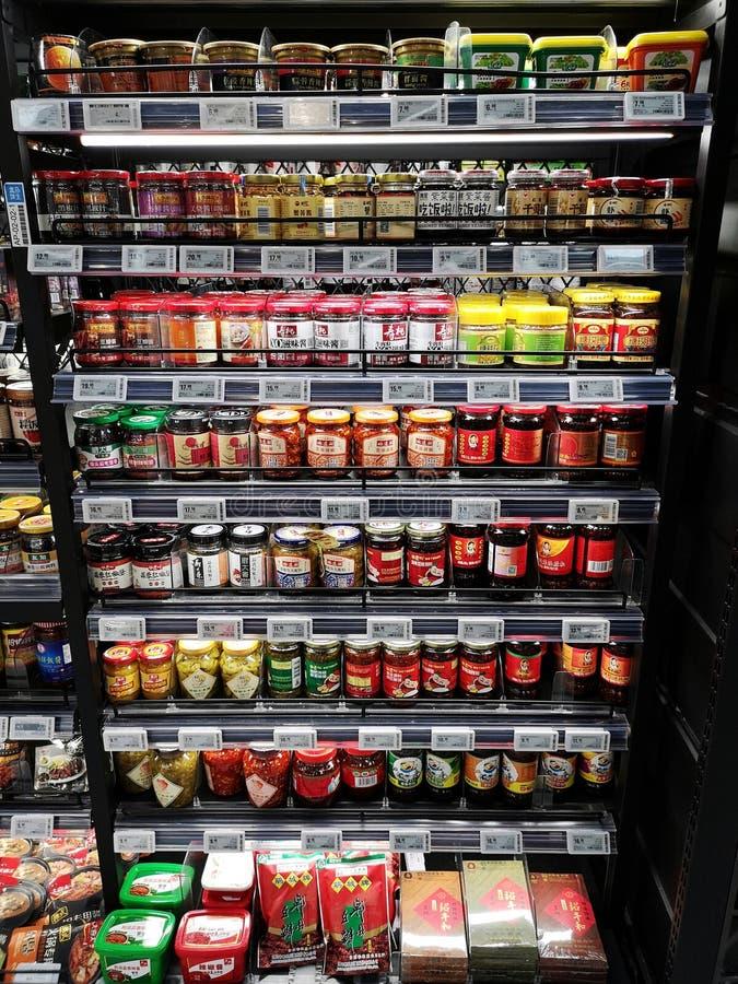 Diverse salse per cucinare al supermercato di Shanghai immagine stock
