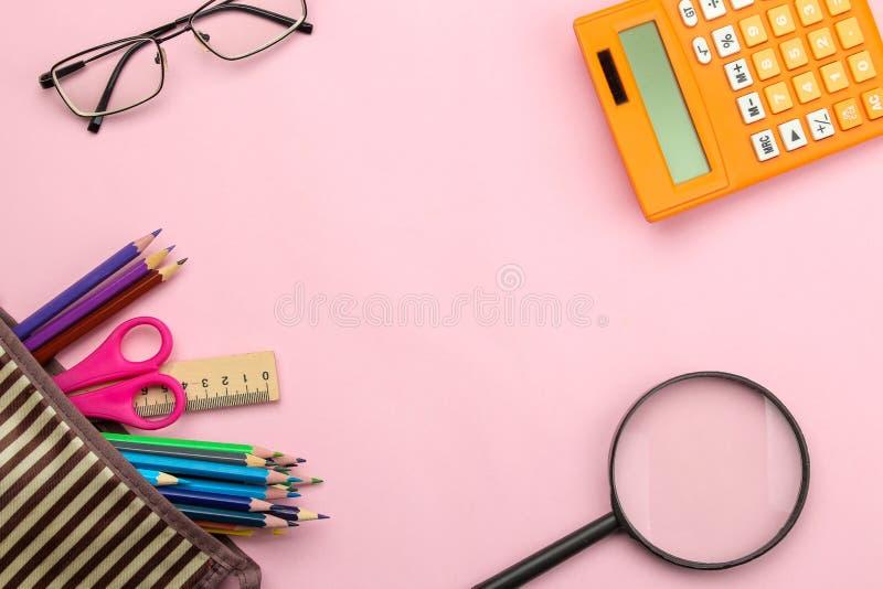 Diverse school levert notitieboekje, potloden en glazen op heldere roze achtergrond Terug naar School Het is ge?soleerd op een wi stock foto's