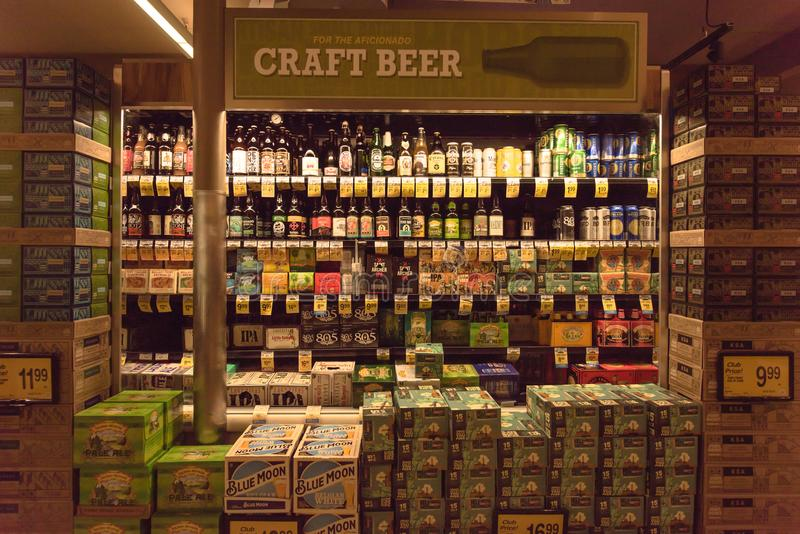 Diverse selectie van bierflessen op vertoning bij supermarkt royalty-vrije stock foto