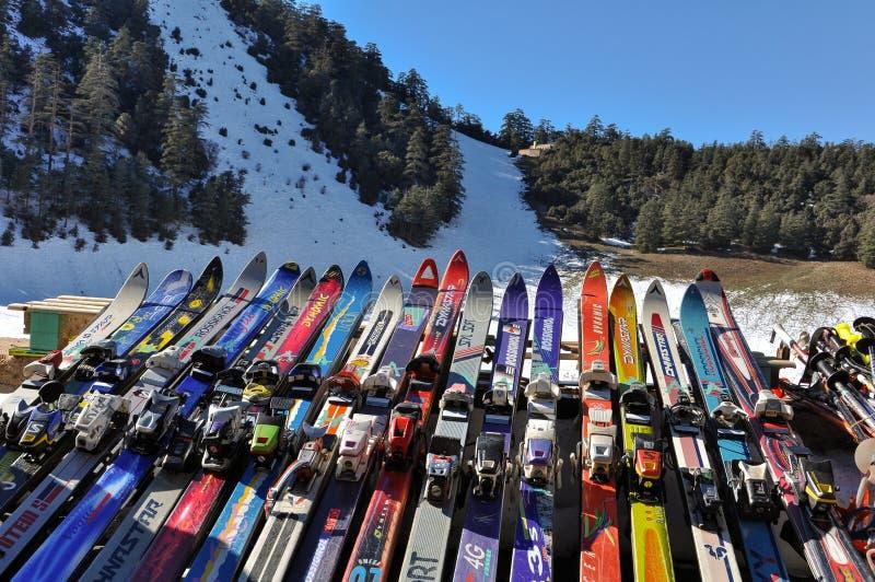 Diverse skis bij Afrikaanse skitoevlucht in Marokko stock afbeeldingen