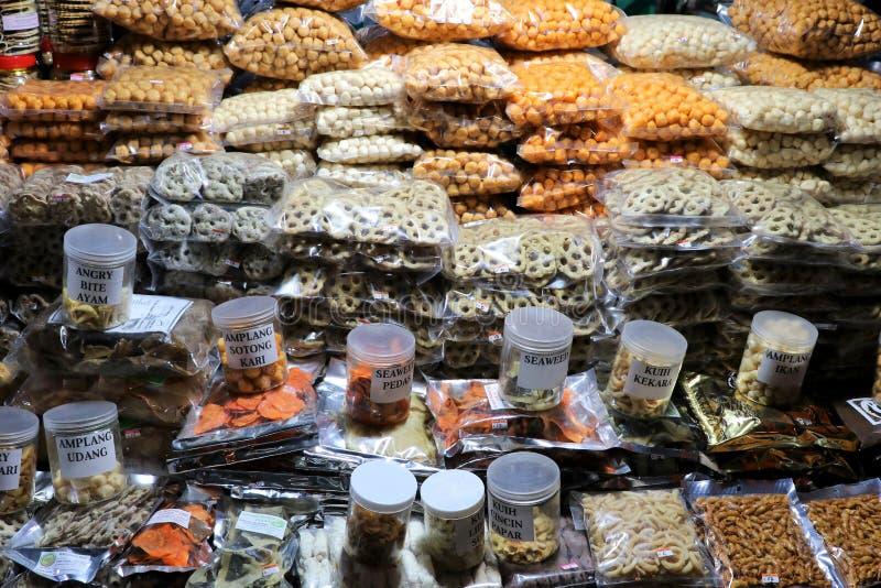 Diverse snacks en spaanders bij de nachtmarkt - Kota Kinabalu Sabah Borneo Malaysia Azië stock fotografie