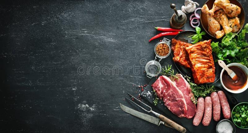 Diverse soorten grill en bbq vlees met uitstekende keuken en slagerswerktuigen royalty-vrije stock fotografie