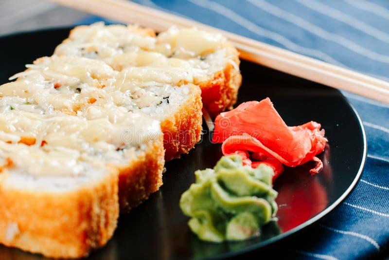 Diverse soorten hete gebraden die sushibroodjes op lijst worden gediend royalty-vrije stock fotografie