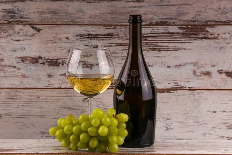 Diverse soorten kaas, druiven en twee glazen van de witte wijn stock fotografie