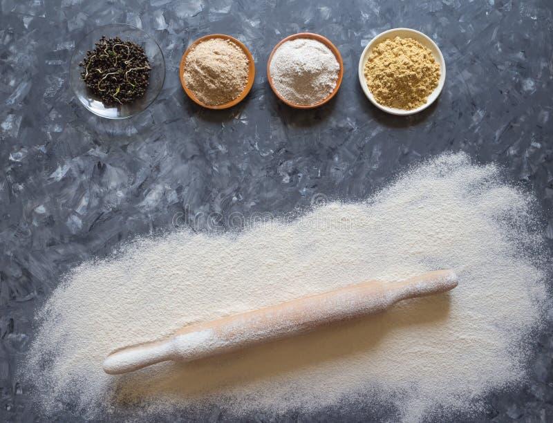 Diverse superfoods op een grijze lijst Bakselachtergrond met additieven aan bloem royalty-vrije stock foto