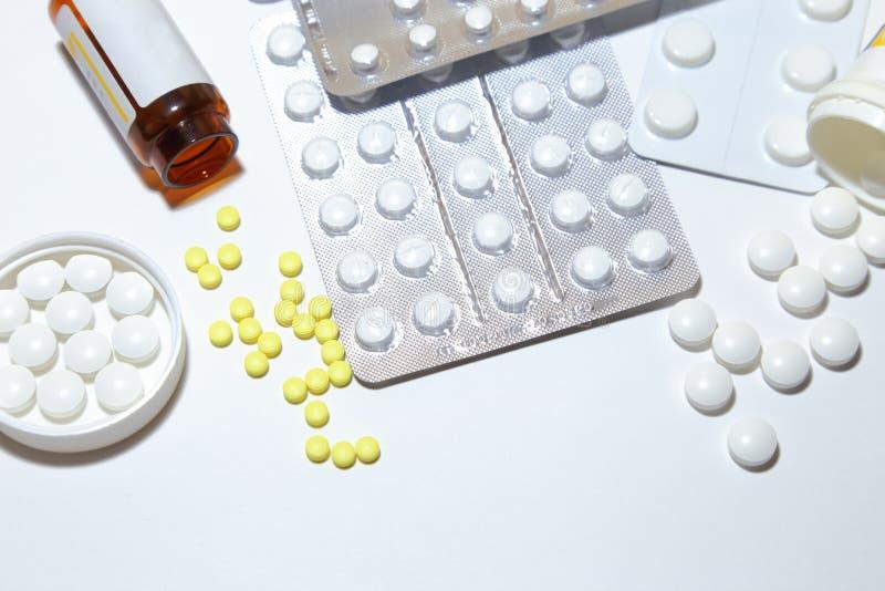 Diverse tabletten - pijnstillende middelen, kalmeringsmiddelen, vitaminen, antivir royalty-vrije stock afbeelding