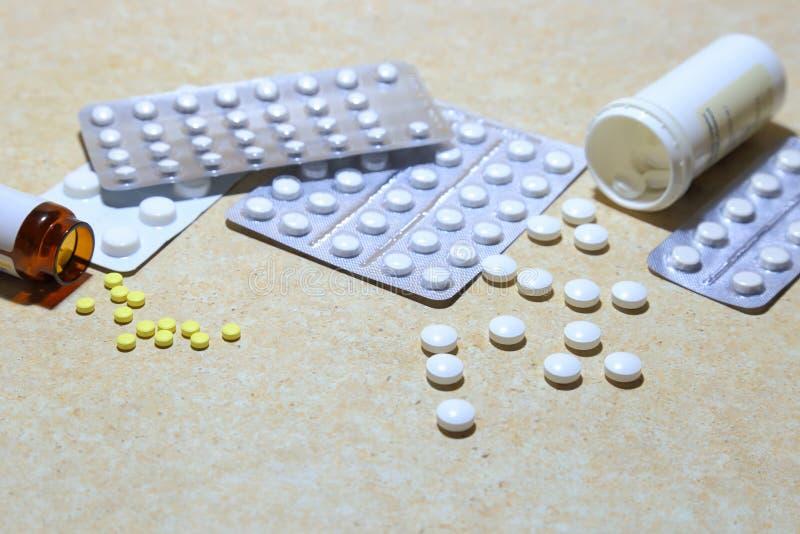 Diverse tabletten - pijnstillende middelen, kalmeringsmiddelen, vitaminen, antivir stock fotografie