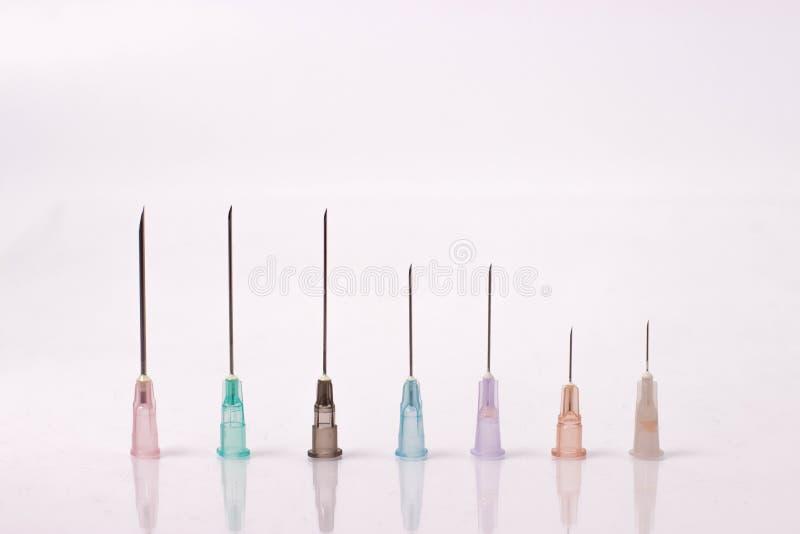 Diverse taille des aiguilles de seringue photos stock