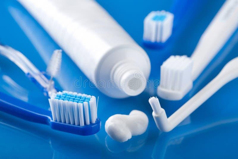 Diverse tandenborstels en deeg stock foto's