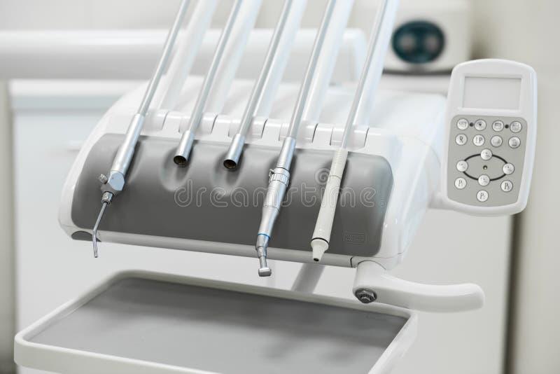 Diverse tandinstrumenten en hulpmiddelen in een tandartsenbureau royalty-vrije stock afbeeldingen