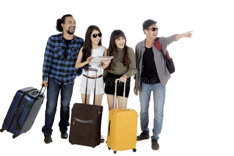 Diverse toerist met koffer en tablet op studio royalty-vrije stock afbeeldingen
